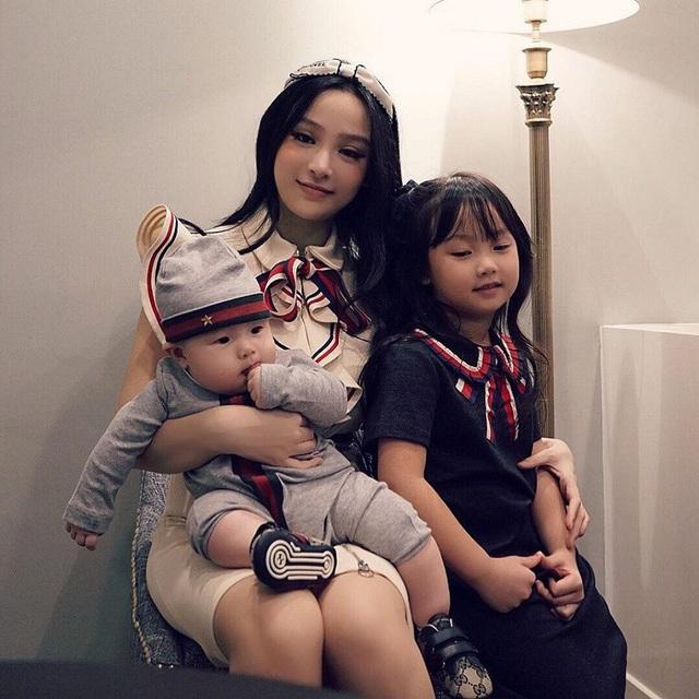 Sau khi kết hôn, Huyền Baby sinh con gái đầu lòng - bé Củ Cải. Đến nay, cô đã có sinh được 2 con nhưng vẫn là hotmom với nhan sắc không tuổi được nhiều cô gái ngưỡng mộ.