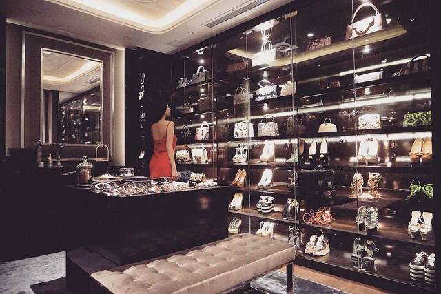 Đặc biệt cô có hẳn không gian để trưng bày túi xách, giày dép hàng hiệu như một cửa hàng thứ thiệt