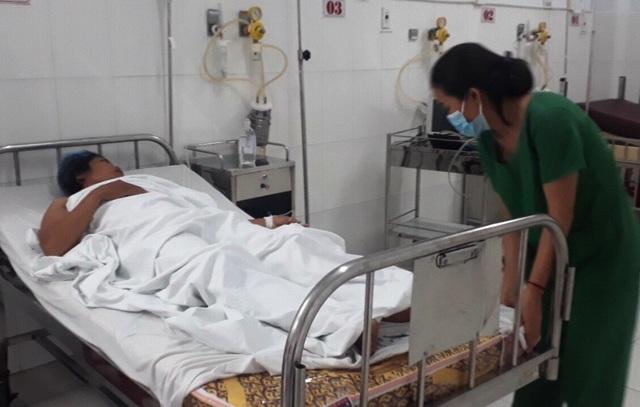 Trong tình thế cấp bách, bác sĩ Trương Văn Hữu - quyền giám đốc Bệnh viện đa khoa Phú Quốc quyết định cho các bác sĩ tiến hành phẫu thuật miễn phí cho bệnh nhân Nhanh.