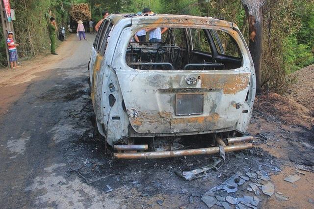 Ô tô bất ngờ bốc cháy, 7 người hoảng hốt tìm cách thoát thân - 1