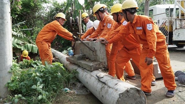 Lực lượng công nhân các Công ty Điện lực trong khu vực 3 đang diễn tập khắc phục sự cố về điện tại hiện trường thuộc huyện Mỏ Cày, tỉnh Bến Tre sáng ngày 30/5.