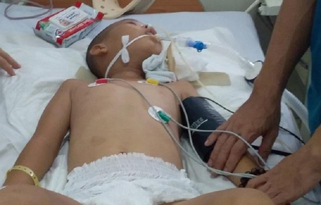 Cậu bé không may bị tai nạn trong lúc trèo cây hiện đang được điều trị tại Chợ Rẫy
