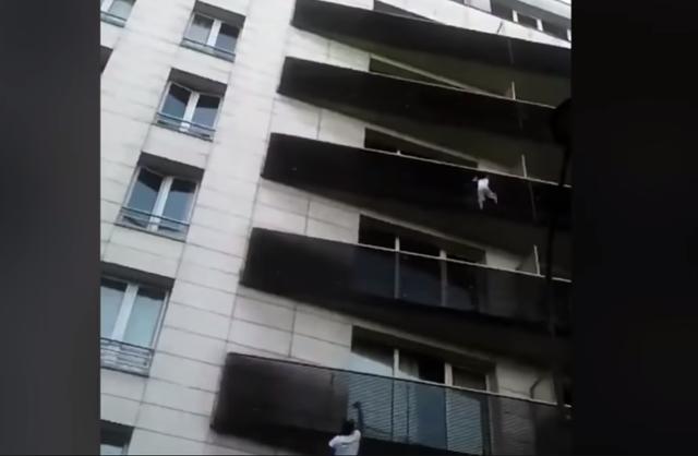 Phát hiện thấy cậu bé bị mắc kẹt một mình trên ban công tầng 4, Gassama đã ngay lập tức trèo lên theo đường lan can tòa nhà.