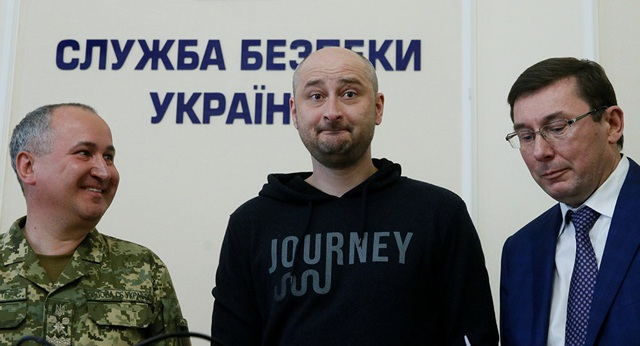 Phóng viên chiến trường của Nga Arkady Babchenko (áo đen) xuất hiện sau thông tin bị ám sát - Ảnh: Reuters