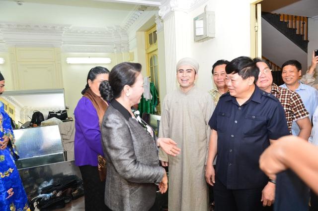 Chủ tịch Quốc hội Nguyễn Thị Kim Ngân và Phó Chủ tịch Quộc hội Tòng Thị Phóng gặp gỡ, động viên các nghệ sĩ trước giờ biểu diễn.