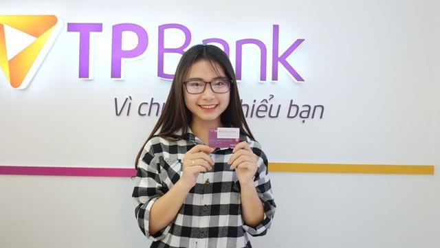 Mai Phương Thảo - sinh viên khoa Ngân hàng khoe chiếc thẻ ATM vừa mới nhận từ LiveBank.