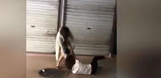 Hình ảnh vợ mới đánh vợ cũ lan truyền trên mạng xã hội. (ảnh cắt từ clip)