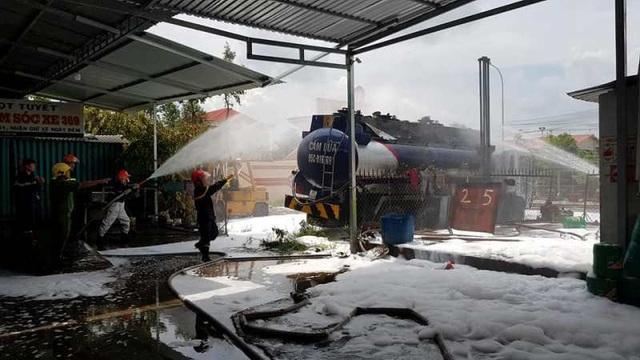 Xe bồn đang bơm dầu vào trạm bốc cháy dữ dội - 2