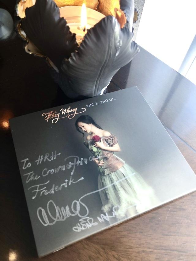 Hồng Nhung khoe CD đã được ký tặng đặc biệt dành cho Hoàng Thái tử Đan Mạch