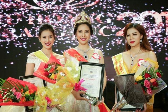 Mỹ Duyên (giữa) đăng quang Nữ hoàng Trang sức 2017.