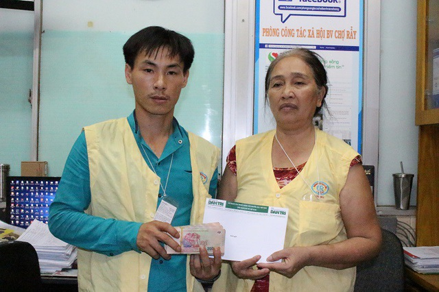 Anh Thanh Tân cùng mẹ vợ nhận sự giúp đỡ từ bạn đọc Dân trí