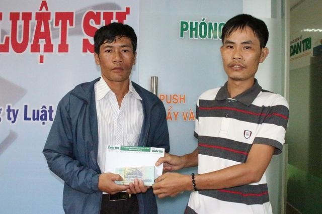 Anh Ha Drim (người đứng bên trái) nhận sự hỗ trợ từ bạn đọc báo Dân trí