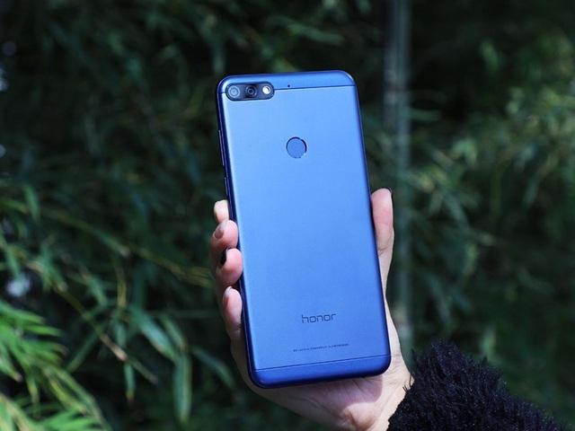 Honor 7C là model phân khúc phổ thông mới nhất của Honor được giới thiệu tại Việt Nam. Máy được thiết kế khung kim loại nhôm nguyên khối, tạo cảm giác cầm nắm khá chắc tay và khá sang. Cảm biến vân tay được đặt ở mặt sau của máy.