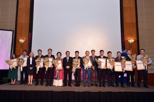 Ban tổ chức cuộc thi tặng hoa, chụp ảnh lưu niệm cùng các đối tác của chương trình