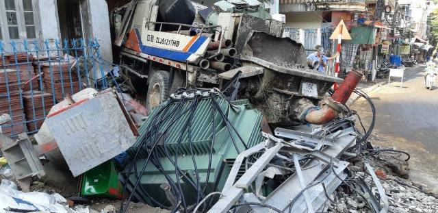 Hai người chết, hai người bị thương khi xe chở bê tông mất lái đâm sập trạm biến áp và lao vào trụ sở một công ty