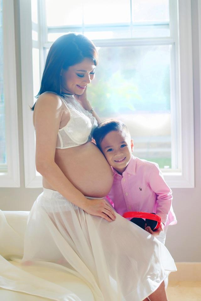 Thỉnh thoảng Jacky còn xoa tay hoặc áp vào bụng mẹ để trò chuyện với em bé và luôn miệng hỏi mẹ khi nào em chào đời.