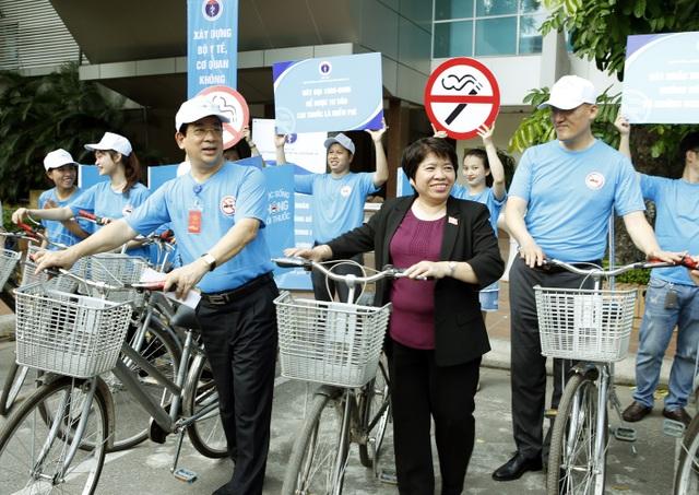 PGS.TS Lương Ngọc Khuê tham gia diễu hành tuyên truyền phòng chống tác hại thuốc lá. Ảnh: Dương Ngọc.