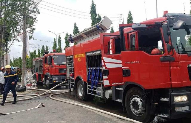 Nhiều xe chữa cháy được điều đến hiện trường dập lửa