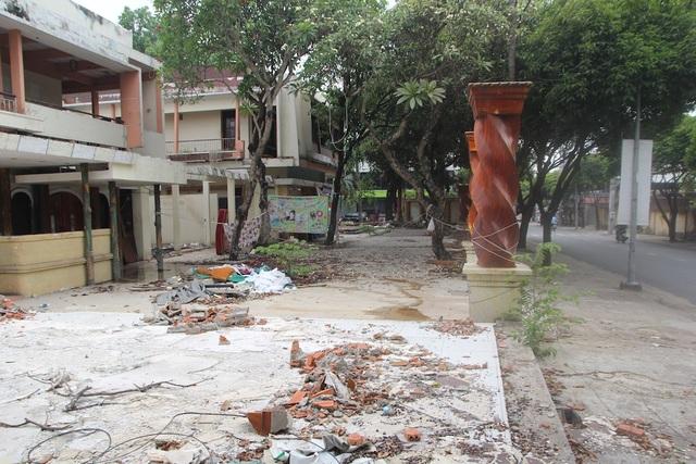 Khu đất rộng cả ngàn mét vuông của Tổng công ty Du lịch Sài Gòn tại trung tâm quận Thủ Đức được sử dụng không đúng chức năng. Khuôn viên hoang tàn, đổ nát là vết tích của một nhà hàng vừa chuyển đi