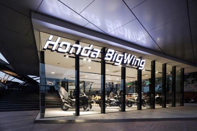 Honda đang xây dựng chuỗi đại lí chuyên doanh xe phân khối lớn, Piaggio cũng chuẩn bị đưa ra tổ hợp kinh doanh xe theo chuẩn toàn cầu tại Việt Nam - Motoplex với đầy đủ các thương hiệu con MotoGuzzi, Aprilia, Vespa...
