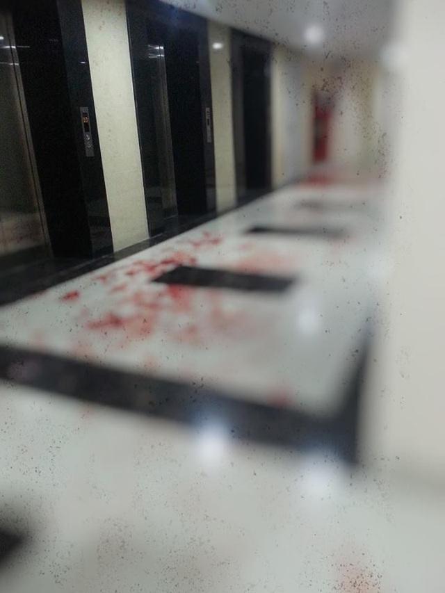 Những vết máu còn vương lại sau vụ va chạm.