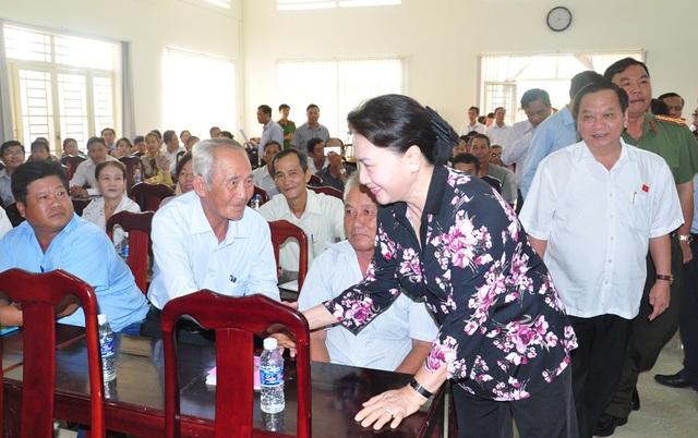Chủ tịch QH Nguyễn Thị Kim Ngân chào hỏi, bắt tay các cử tri ở huyện Phong Điền