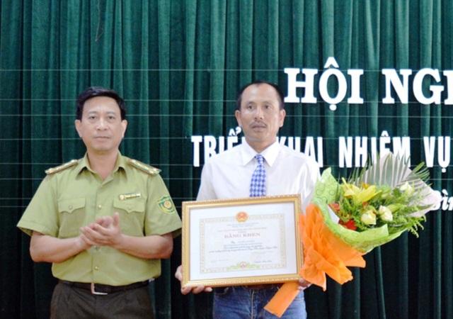 Thừa ủy quyền của Chủ tịch UBND tỉnh Quảng Bình, ông Phạm Hồng Thái, Chi cục trưởng Chi cục Kiểm lâm tỉnh trao Bằng khen cho ông Nguyễn Văn Hồng