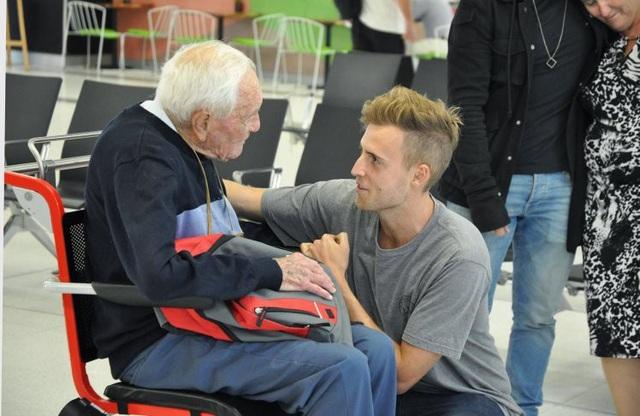 Xúc động với khoảnh khắc cụ ông 104 tuổi từ biệt cháu trai lên đường tìm cái chết êm ái - 1