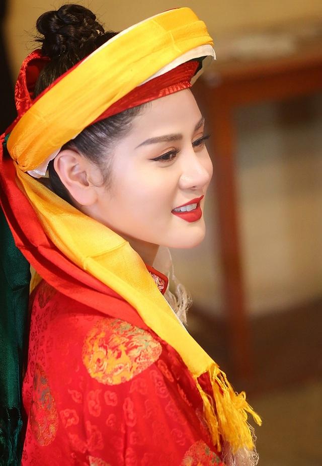Hà Vy có khuôn mặt đẹp nên khi mặc trang phục cô đồng rất thu hút.