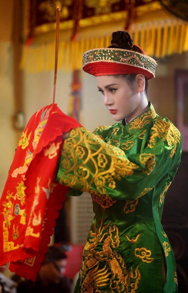 Hà Vy mới bén duyên, trở thành cô đồng không lâu nhưng cô đã yêu thích văn hoá hầu đồng từ lâu.