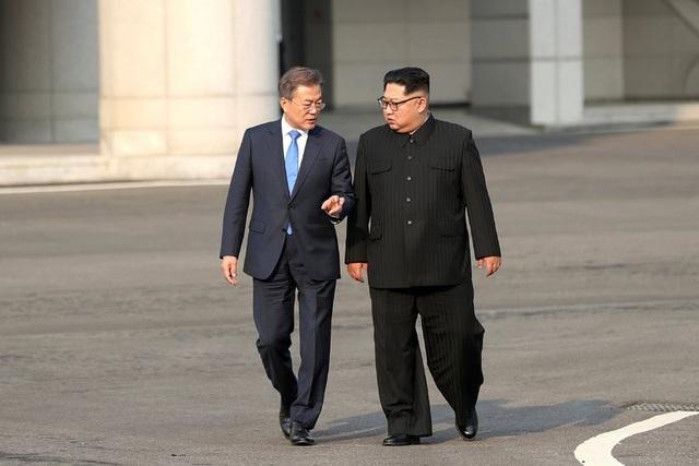 Tổng thống Moon Jae-in và nhà lãnh đạo Kim Jong-un trò chuyện tại khu phi quân sự liên Triều (Ảnh: New York Times)