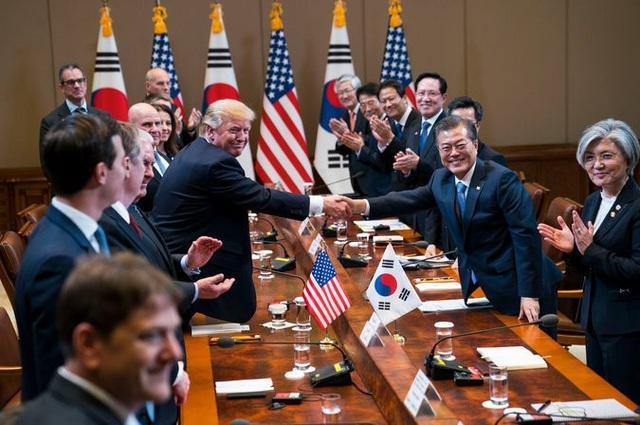 Tổng thống Moon Jae-in bắt tay người đồng cấp Mỹ Donald Trump trong cuộc gặp tại Hàn Quốc hồi tháng 11/2017 (Ảnh: New York Times)
