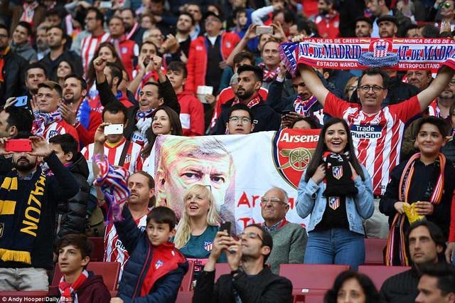 Những CĐV Atletico Madrid tri ân HLV Wenger trước trận đấu