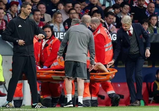 Khoảnh khắc HLV Wenger hỏi thăm Koscielny sau khi cầu thủ này dính chấn thương nặng