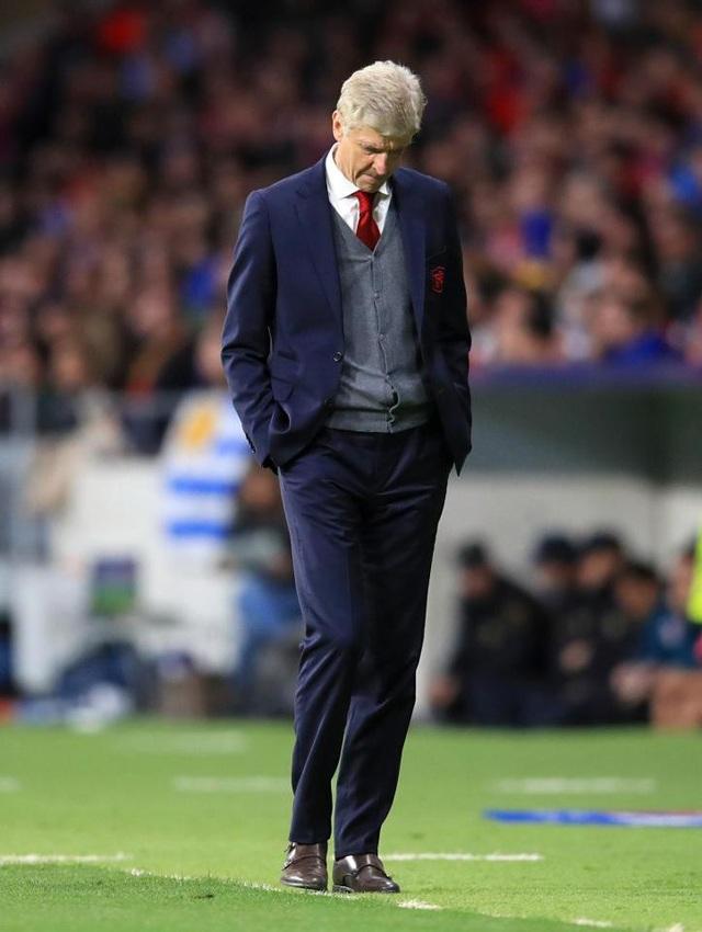 HLV Wenger cúi gằm mặt trong sự bất lực trước Atletico Madrid