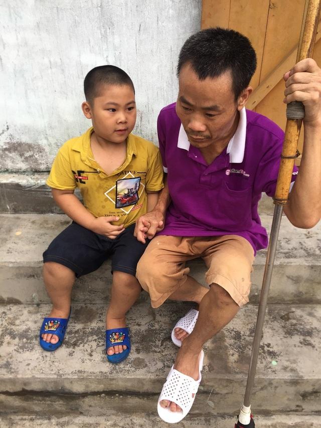 Thiếu hơn 70 triệu đồng, người bố nghèo có nguy cơ liệt mãi mãi - 1