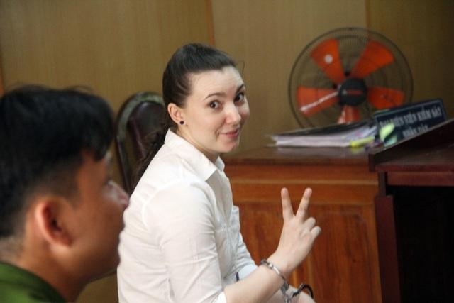 Bị cáo Dapirka Maria Aleksandr vui vẻ khi thoát án tử hình.