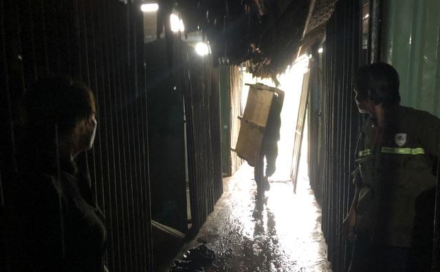 Người dân khốn đốn dọn đồ đạc về nơi tá túc mới dưới cơn mưa lớn ở phía Đông TPHCM chiều 4/5.