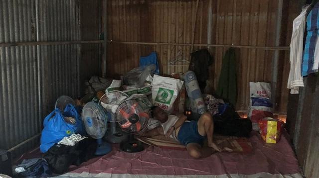 Cảnh khốn khó của những người công nhân xây dựng bị thiệt hại sau vụ hỏa hoạn thiêu rụi cả khu lán trại.