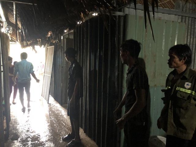 Vụ 50 lán trọ bị thiêu rụi: Nạn nhân khốn đốn dầm mưa tìm nơi tá túc - 2