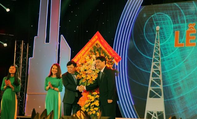 Tổng Giám đốc Đài Tiếng nói Việt Nam Nguyễn Thế Kỷ đón nhận lẵng hoa của Bí thư Tỉnh ủy Nghệ An Nguyễn Đắc Vinh.