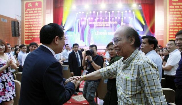 Ông Phạm Huy Hoàn - Tổng biên tập Báo điện tử Dân trí bắt tay thân tình với Phó Thủ tướng Vương Đình Huệ trong đêm LHPTTQ lần thứ 13 - năm 2018 tổ chức tại TP Vinh.