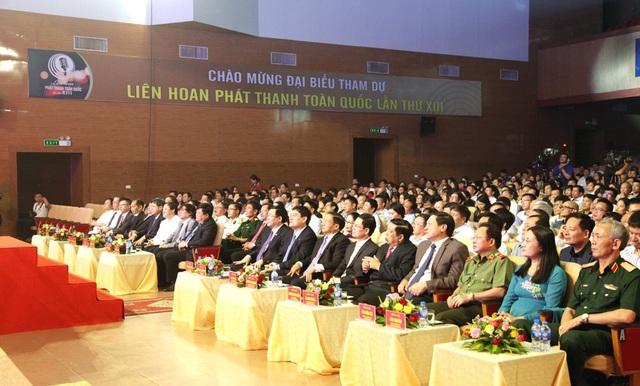 Các đại biểu về dự lễ khai mạc.