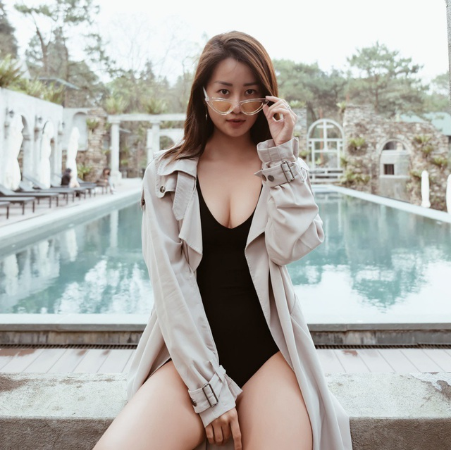 """Thời gian ban ngày, cô còn tranh thủ chụp những bức ảnh """"sống ảo"""". Nữ MC của 'Thần tượng Bolero' còn thoả thích diện bikini khoe dáng thon thả với vòng eo 56cm và thoả thích bơi lội trong khu vực bể bơi."""