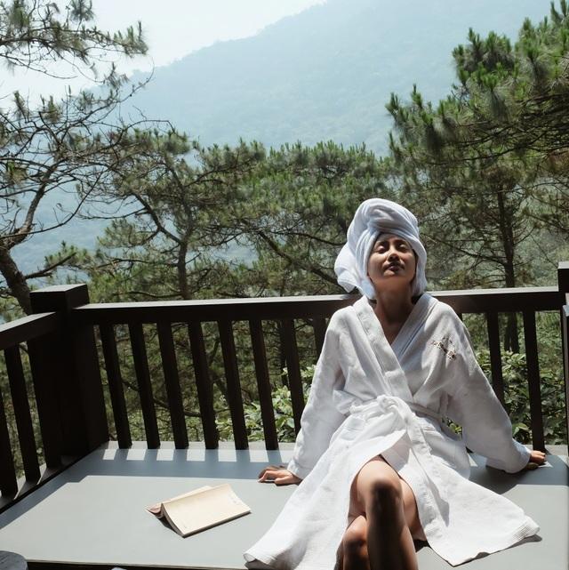 """""""Khi nằm thảnh thơi nhâm nhi tách trà và đọc một cuốn sách hay giữa không gian thiên nhiên như thế này, tôi bỗng có cảm giác mình giống nhân vật nữ chính trong một bộ phim ngôn tình nào đó"""", Quỳnh Chi chia sẻ."""