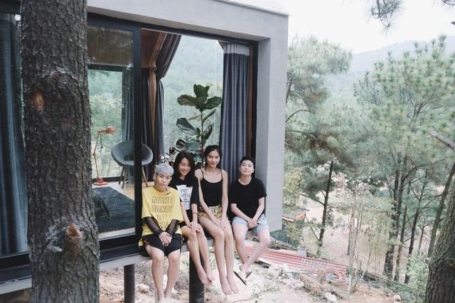 Chuyến đi còn có Quán quân Next Top Kim Dung (thứ 2 từ phải sang) và những người bạn thân thiết khác.