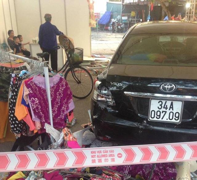 Chiếc ô tô do nam nhân viên rửa xe bất cẩn lùi trúng khiến 5 người bị thương phải nhập viện cấp cứu (Ảnh: FB)