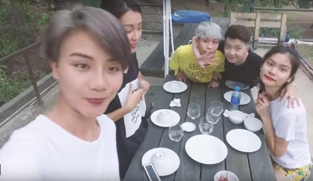 Quỳnh Chi và nhóm bạn đã tổ chức tiệc nướng BBQ ngoài trời vào buổi tối.