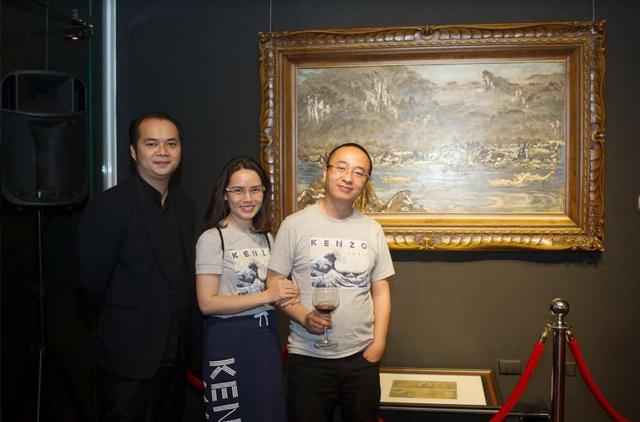 Nhà sưu tập Nguyễn Phan Huy Khôi, Giám đốc Đối ngoại Tập đoàn Tân Hiệp Phát (ngoài cùng, bên phải) - chủ sở hữu của bức tranh sơn mài Thác Bờ của hoạ sĩ Nguyễn Huyến
