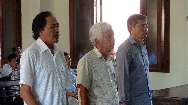 Tổng cộng 3 bị cáo nhận 8 năm tù, trong đó ông Bình nhận 3 năm tù giam, 2 bị cáo còn lại nhận 5 năm tù (cho hưởng án treo)